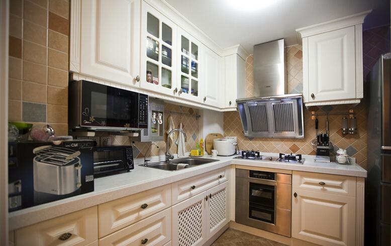 厨房   目前精装修房厨房的墙体大都是瓷砖墙,比较容易出现的问题是